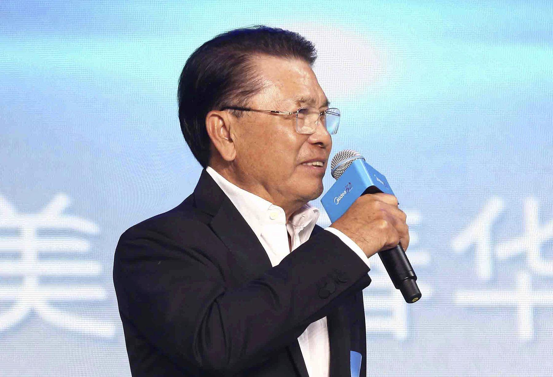 He Xiangjian giving a speech